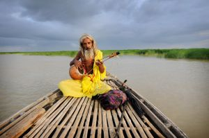 One of a small Bengali religious sect known as the Bauls, found in Bangladesh and India's West Bengal, Baul Muhammad Islam Shah travels down the Padma River in Bangladesh - with nothing but his instrument, a knapsack and an umbrella.